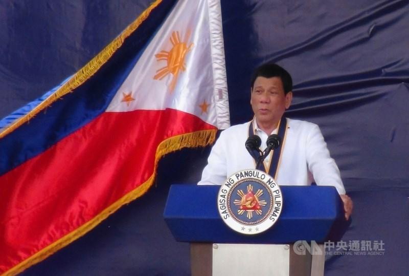 菲律賓14日正式解除對台旅遊禁令,據透露,菲律賓總統杜特蒂(圖)的行事作風偏「吃軟不吃硬」,涉外人士指雙邊關係風波暫息,台灣和菲國外交單位的穩健積極交涉功不可沒。(中央社檔案照片)
