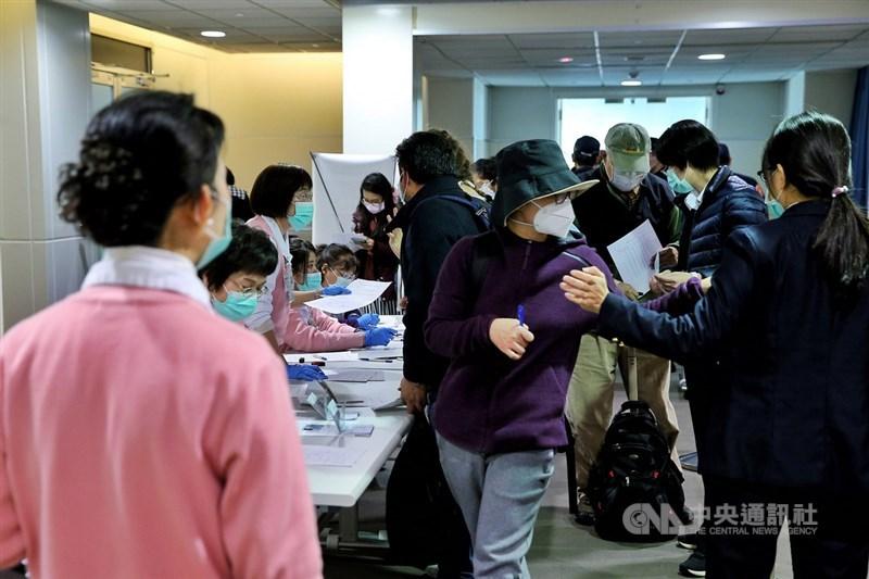 台北市民政局15日公布3名居家檢疫失聯民眾身分,分為台灣籍女子陳乙菲、譚國衡、從香港入境的男子江嘉榮,3人已被警方尋獲,後續由衛生局等單位裁處。圖為桃園機場檢疫作業。(中央社檔案照片)