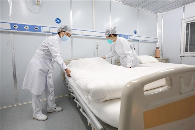 中國官方17日公布2019冠狀病毒疾病疫情數據,截至16日,中國累計確診病例已達7萬548例,死亡病例1770例。圖為武漢雷神山醫院醫護人員整理病房。(中新社提供)