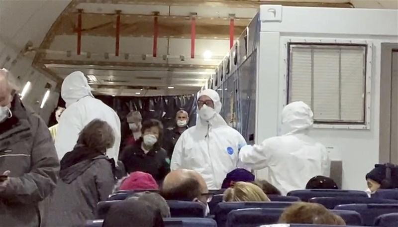 美國武漢肺炎確診增為57例,其中40人是鑽石公主號遊輪的返美乘客,美國政府目前苦於找不到安置大量病患的醫療院所。圖為鑽石公主號返美包機。(檔案照片/美聯社)