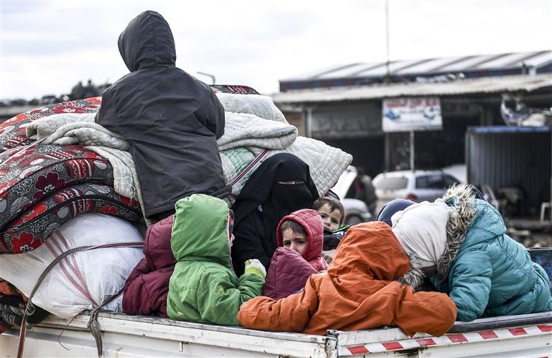 敘利亞政府軍在俄羅斯支持下對西北部伊德利布省加強攻勢。聯合國17日表示,當地自2019年12月以來有90萬人流離失所。圖為當地居民舉家從伊德利布逃往北部靠近土耳其邊界的地方尋求庇護。(美聯社)