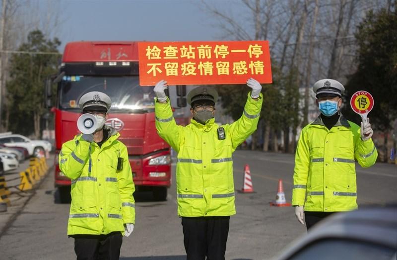 專研中國傳染病史的學者劉紹華18日表示,中共過去處理痲瘋病的方式顯示,當局以民族主義問題看待防疫。圖為16日,淮北市交警、民警要求駕駛測量體溫。(中新社提供)