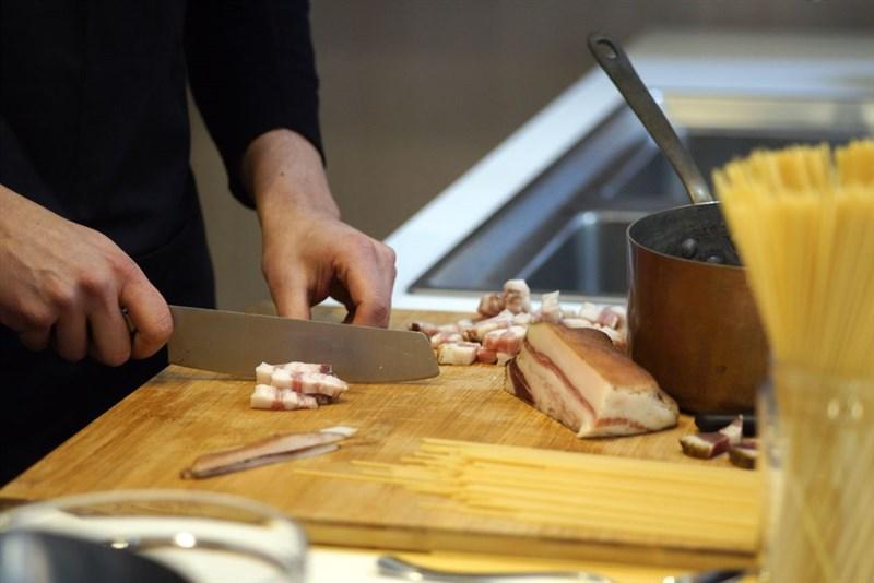 防檢局19日表示,義大利薩丁尼亞島非洲豬瘟疫情升溫,因此公告義大利自非疫區國家名單除名,列非洲豬瘟國家名單。圖為義式風乾豬面頰肉。(美聯社)