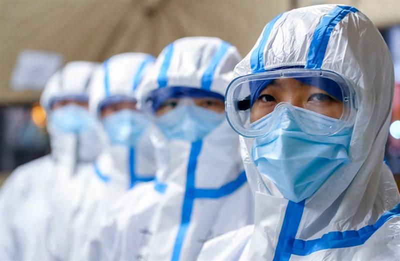 自10日起,一則肯定中國政府在疫情中強勢作為的對話截圖開始流傳網路,而後相關報導登上人民網,又被製作成短片,顯示中國啟動正面宣傳。圖為武漢方艙醫院的醫護人員。(檔案照片/中新社提供)