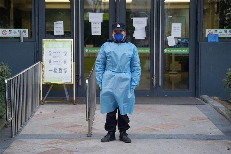 陸媒報導,中國疾病預防控制中心近日發表的一篇論文顯示,武漢肺炎感染者1月11至20日暴增5417人,疫情在其後徹底爆發,但湖北1月22日才啟動突發公共衛生事件二級應急回應。圖為醫院安保人員層層防護在隔離診室門口值守。(中新社提供)