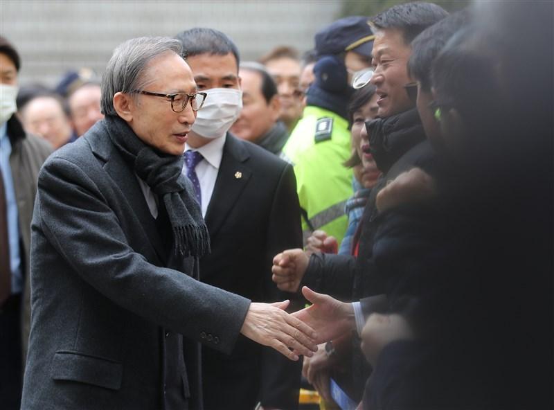 南韓前總統李明博(左前)涉嫌貪污受賄案,首爾高等法院19日二審判處他有期徒刑17年。(韓聯社提供)