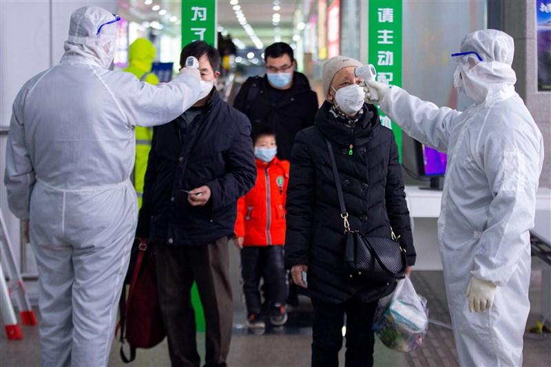 中國國家衛生健康委員會通報,2月18日武漢肺炎累計死亡病例已突破2000例,累計確診病例7萬4185例。圖為旅客在南京火車站出站口接受體溫測量。(中新社提供)