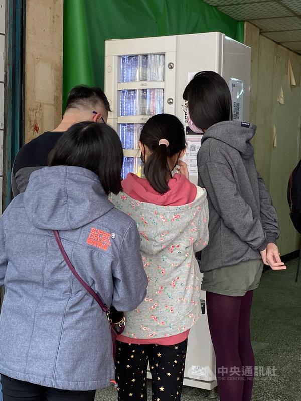 武漢肺炎疫情延燒,新創團隊Yallvend和合作夥伴在寧夏夜市推出口罩販賣機,結合身分證去識別化技術,30秒就能領取,已有官方單位洽談合作。中央社記者黃麗芸攝 109年2月21日