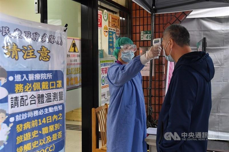 武漢肺炎疫情持續延燒,全台醫院對於前來就診的民眾加強防疫檢測,除全面量測體溫外,也要求配戴口罩入院。中央社記者林俊耀攝 109年2月18日
