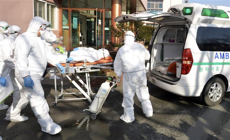 韓國22日通報單日爆增229起武漢肺炎確診病例,累計433例,其中231人與大邱新天地教會有關,其次多數與清道大南醫院有關。(美聯社)