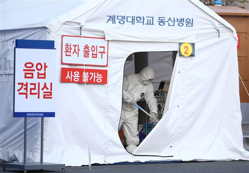 根據韓國疾病管理本部最新公布統計,截至22日下午4時,韓國全國累計確診案例數已達433人。圖為大邱一間醫院外的臨時負壓檢疫室。(韓聯社提供)