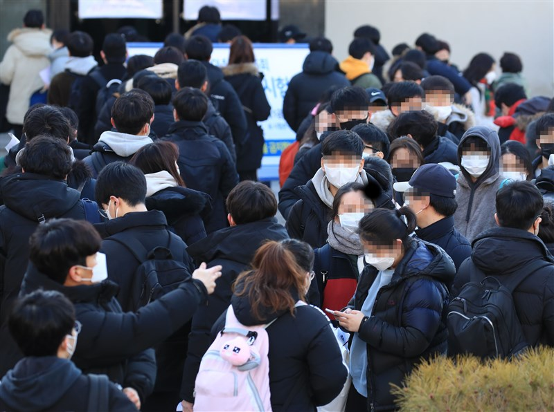 韓國政府23日將武漢疫情預警上調至最高等級「嚴重」,並強化應對措施。圖為韓國會計師考試考生戴口罩應試。(韓聯社提供)