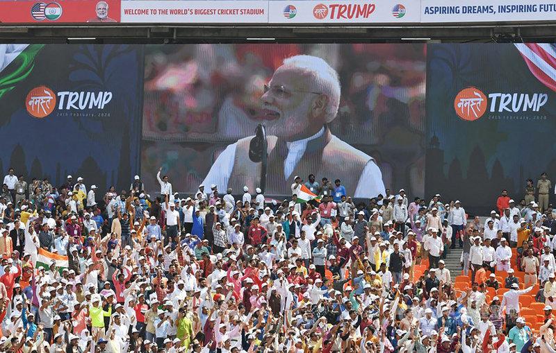 印度總理莫迪(中)24日在古茶拉底省阿默達巴德「你好,川普」歡迎川普活動中致詞,現場湧入超過10萬人。(取自印度外交部發言人庫瑪官方推特)中央社記者康世人新德里傳真  109年2月24日
