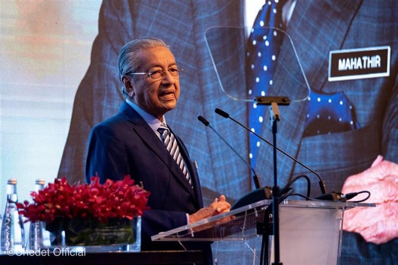 路透社23日下午發出快訊指出,馬來西亞首相辦公室證實,首相馬哈地(圖)已向最高元首(馬國國王)提交書面辭呈。(圖取自facebook.com/TunDrMahathir)