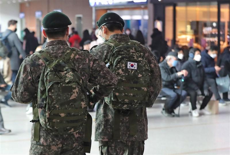 韓國國防部表示,截至24日8時,武漢肺炎累計確診軍人增至11例,目前韓國部隊共有7700餘人被隔離。圖為韓國軍人休假搭乘火車。(檔案照片/韓聯社提供)