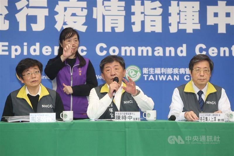 中央流行疫情指揮中心指揮官陳時中(中)24日宣布,台灣新增2例武漢肺炎確診個案,為23日公布北部80餘歲男群聚案的配偶和小兒子,目前全台確診病例累計30例。中央社記者鄭傑文攝 109年2月24日