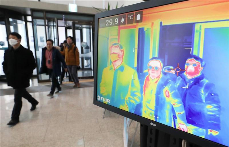 韓國24日上午9時全國累計763例武漢肺炎病例,成為中國以外疫情最嚴重的國家。圖為24日世宗市政府大樓使用熱像儀監測民眾體溫。(韓聯社提供)