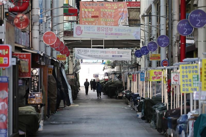 外交部表示,自24日起調整韓國全境旅遊警示為「橙色」,大邱廣域市及慶尚北道清道郡兩處旅遊警示為「紅色」。圖為大邱一處市場因疫情關閉。(韓聯社提供)