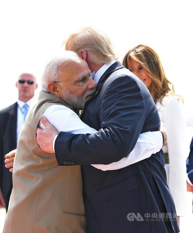 美國總統川普(右)等人24日上午搭乘美國空軍一號抵達印度古茶拉底省阿默達巴德,印度總理莫迪(左)親自迎接,兩人並在川普下機後熱情擁抱。(取自莫迪官方推特)中央社記者康世人新德里傳真 109年2月24日