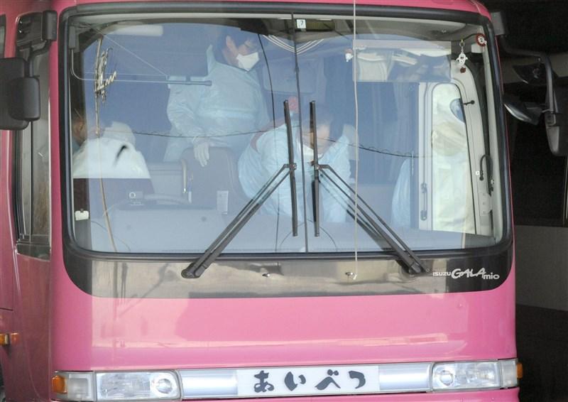 日本放送協會報導,北海道知內町政府27日表示,住在町內的80多歲男性感染武漢肺炎死亡,這是日本境內除了鑽石公主號上人員外,第4名因為感染武漢肺炎死亡案例。圖為北海道學校人員消毒校車。(共同社提供)