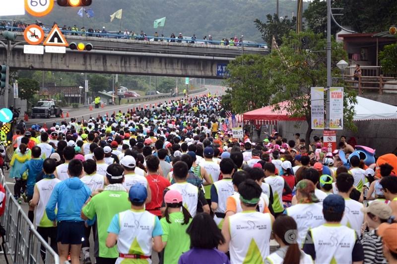 新北市長侯友宜宣布,為提前因應防疫作為,原訂3月21日的萬金石馬拉松比賽將延至11月21日舉辦。圖為2015年萬金石馬拉松。(中央社檔案照片)