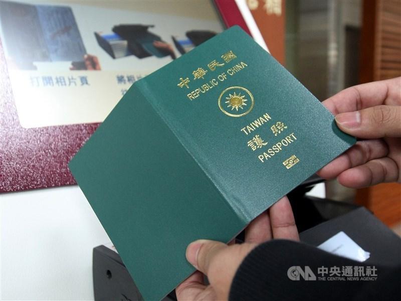 自3月16日起,首次申請護照的民眾,可就近到桃園市等6縣市指定戶政事務所。(中央社檔案照片)