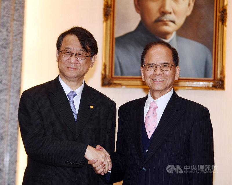 立法院長游錫堃(右)26日在立法院,接見日本台灣交流協會台北事務所代表泉裕泰(左)等一行,兩人握手致意。中央社記者施宗暉攝 109年2月26日