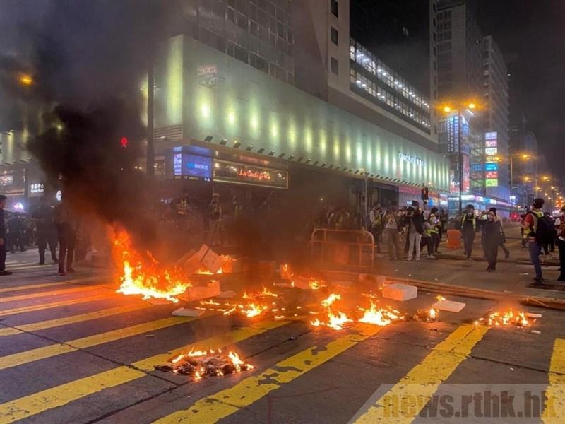 香港反送中運動2019年8月31日發生港警無差別攻擊民眾的「太子站襲擊事件」。事件過去半年後,民眾悼念活動卻再度引爆警民衝突。圖為街頭示威者投擲汽油彈。(圖取自香港電台網頁news.rthk.hk)