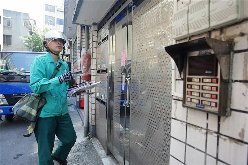 中華郵政公司宣布,為提升郵件處理效率,3日起實施新制「3+3郵遞區號」。圖為郵務士送信情形。(中央社檔案照片)