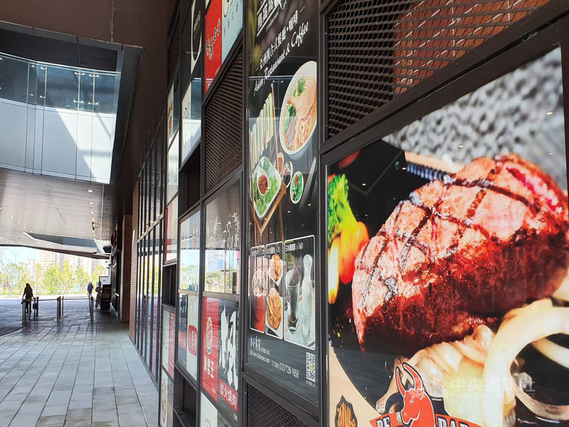 疫情重創餐飲業,有高層透露,若商場不讓利,1至2個月內,恐爆發百貨商場餐飲出走潮。中央社記者江明晏攝  109年3月5日