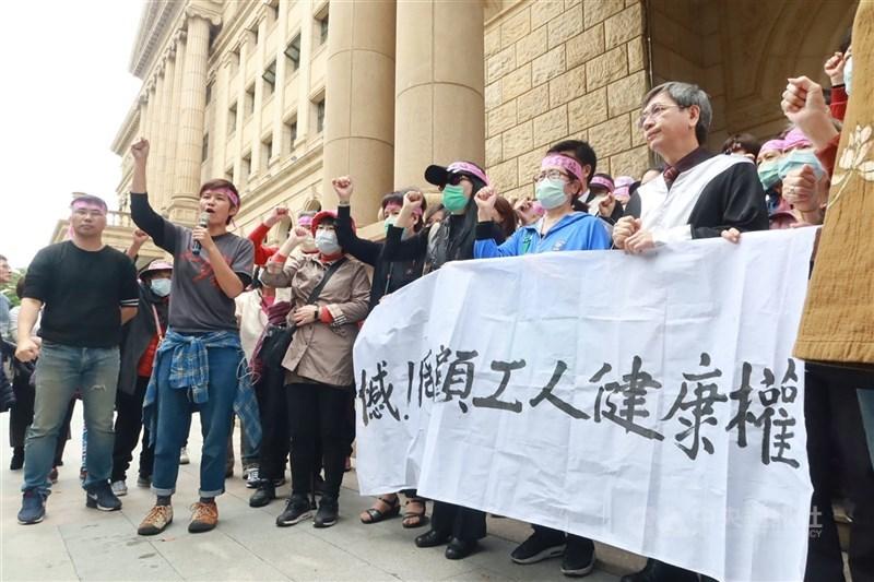 美國無線電公司(RCA)工傷求償案,台灣高等法院更一審6日宣判,24人獲賠新台幣5470萬多元,另駁回200餘人的求償,還可上訴。RCA員工關懷協會成員不服判決,高喊「高院踐踏工人健康權」口號,表示大家都非常氣憤,會繼續上訴。中央社記者蕭博文攝 109年3月6日