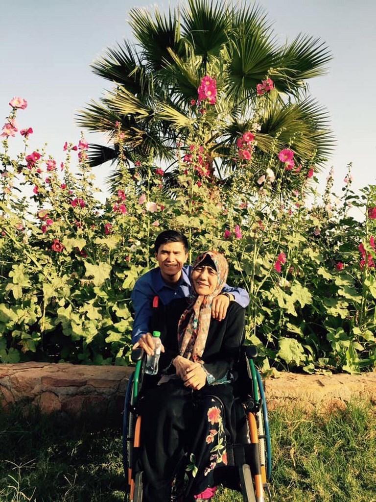 旅土耳其維吾爾人約麥爾.艾木杜拉與家人失聯兩年,最近錄製家庭離散的證言。圖為他(後)與母親(前)2015年訪沙烏地阿拉伯。(約麥爾.艾木杜拉提供)中央社記者何宏儒伊斯坦堡傳真 109年3月6日