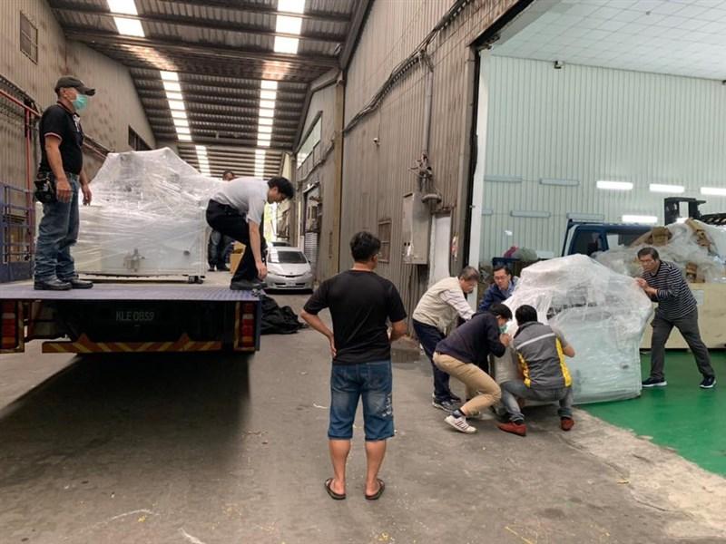 藝人殷琦在臉書上PO出官員緊盯產線的照片,並說看到官員與工程師們一樣忙進忙出幫忙搬貨找零件,內心感到無比感動。(圖取自facebook.com/104539829582505)