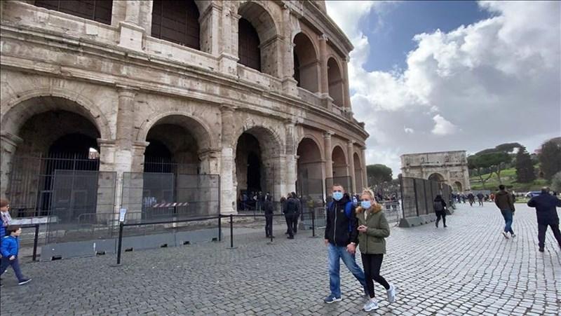 義大利武漢肺炎7日新增近1200例,義大利政府宣布緊急命令,封鎖整個倫巴底大區與其他區域的11個省。圖為義大利街上民眾戴口罩防疫。(安納杜魯新聞社提供)
