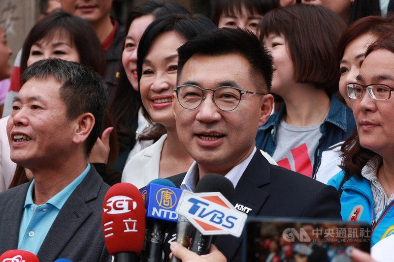 當選新任國民黨主席的立委江啟臣(前中)8日與同黨30名立委前往台中大甲鎮瀾宮參香,他受訪時表示,代表的是一種團結的開始,希望在最短時間拿出成績,讓支持者再度有信心。中央社記者蘇木春攝 109年3月8日