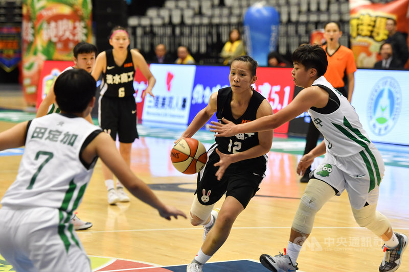 108學年度高中籃球聯賽(HBL)女子組冠軍戰8日點燃戰火,淡水商工王玥媞(前右2)狂飆全場最高40分,為球隊搶下后座,順利奪冠。中央社記者林俊耀攝 109年3月8日