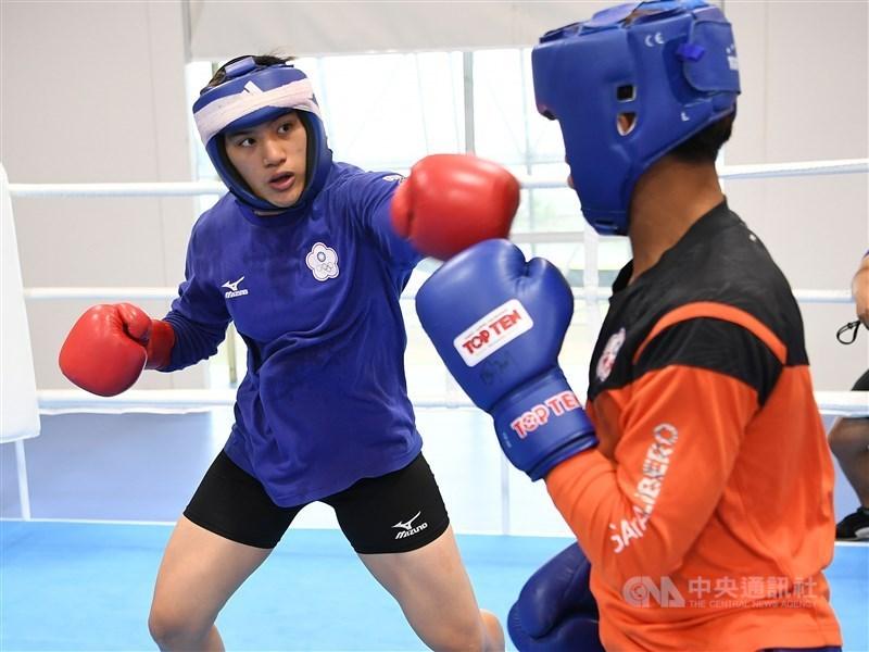 台灣拳擊女將陳念琴(左)8日在2020東京奧運拳擊亞大區資格賽女子69公斤量級挺進4強,確定摘下東京奧運入場券。(中央社檔案照片)