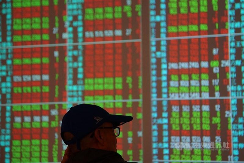 台股10日終場收復「萬一」關卡,上漲25.9點。(中央社檔案照片)