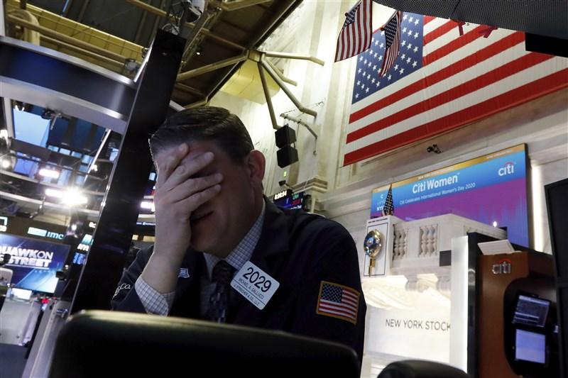 國際油價崩盤、武漢肺炎疫情蔓延,美股利空壓境,道瓊指數9日暴跌2013點,3大指數跌幅都超過7%,創2008年全球金融海嘯爆發以來最糟表現。(美聯社)