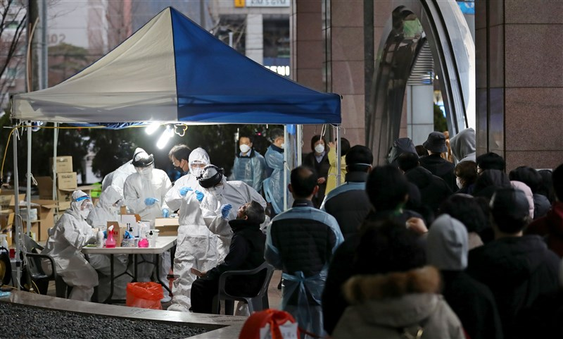 韓國3月11日新增病例中有90例與首爾客服中心案有關。圖為客服中心大樓前民眾排隊篩檢。(韓聯社提供)