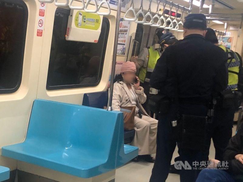 台北市警方12日獲報,指稱一名婦人帶刀械搭台北捷運,警方在捷運忠孝新生站查獲,訊後依法送辦。中央社記者王靖怡攝 109年3月12日