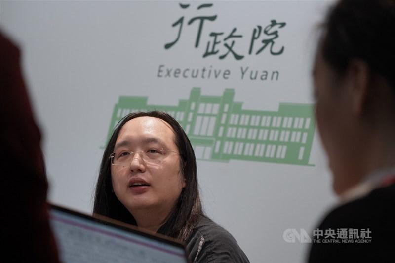 政務委員唐鳳15日說,口罩實名制 2.0曾討論過1次可買2週6片或1次50片,但基於公共衛生考量,仍維持與藥局一致的1週3片。(中央社檔案照片)