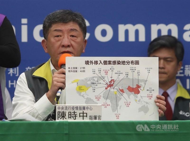 中央流行疫情指揮中心指揮官陳時中(中)16日表示,台灣新增8例2019冠狀病毒疾病(COVID-19,俗稱武漢肺炎)確診,全為境外移入個案,累計67例。圖為陳時中公布境外移入個案感染地分布地圖。中央社記者吳家昇攝 109年3月16日