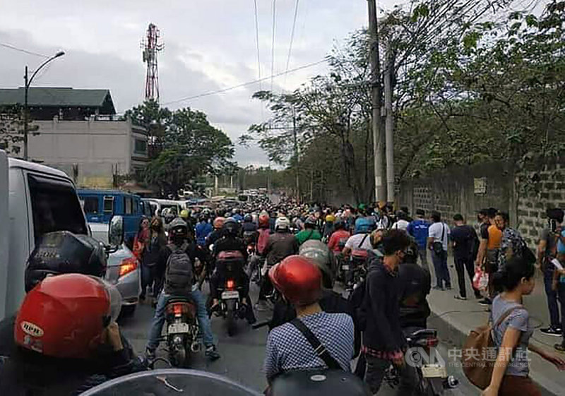 菲律賓總統發言人帕內洛16日宣布,即刻將大馬尼拉社區隔離擴大到呂宋島全境,並實施「強化社區隔離」。圖為16日上午外省民眾進入大馬尼拉時車潮擁堵情形。(台商提供)中央社記者陳妍君馬尼拉傳真 109年3月16日