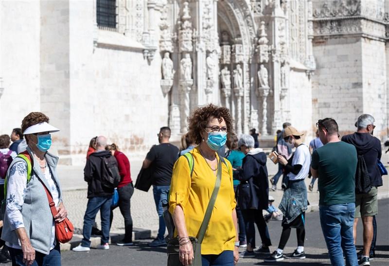 葡萄牙總理柯斯塔15日表示,將對遊客關閉與西班牙接壤的邊界,為期至少一個月,以阻止武漢肺炎疫情擴散。圖為葡萄牙里斯本街頭民眾戴口罩防疫。(安納杜魯新聞社提供)