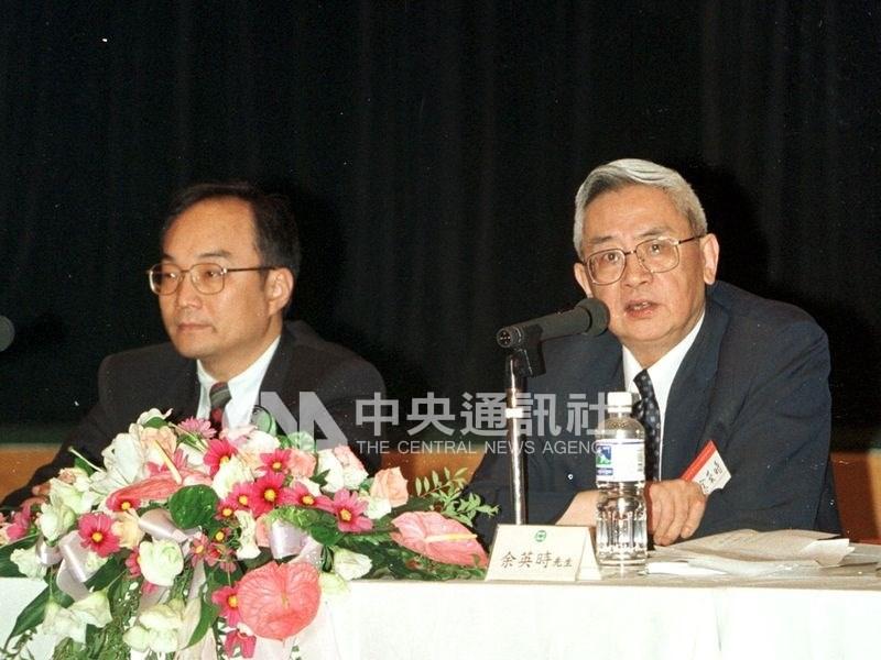 史學家余英時(右)1日過世,學生、中研院院士王汎森(左)5日表示,余英時是有良知的偉大學者,且非常關心學生。圖為1999年7月余英時在「嚴復思想與中國學術研討會」發表演說,王汎森擔任引言人。(中央社檔案照片)