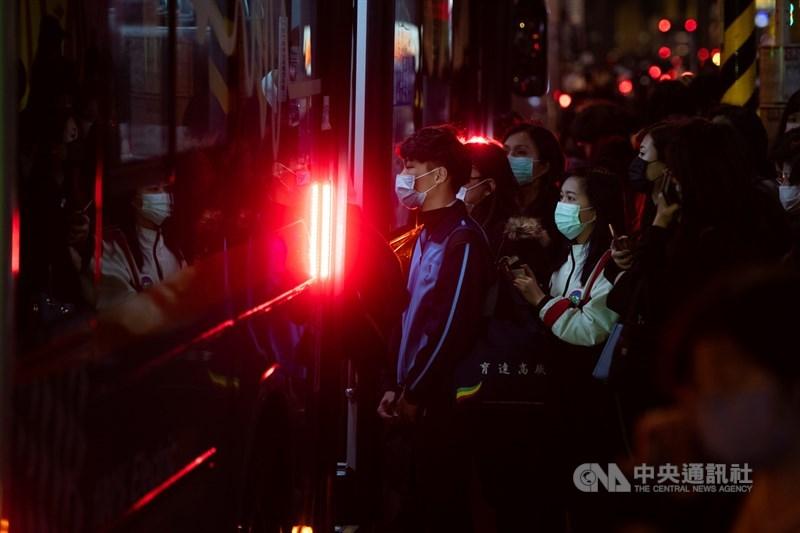 美國「外交政策」雙月刊17日就以專文報導,直指對「中國的恐懼」,造就了台灣抗疫成功。圖為台北通勤民眾都戴上口罩防疫。 中央社記者林俊耀攝 109年3月11日