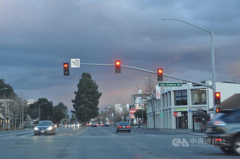 舊金山灣區馬路在居家防疫前夕,車流明顯較平日冷清。中央社記者周世惠舊金山攝  109年3月17日