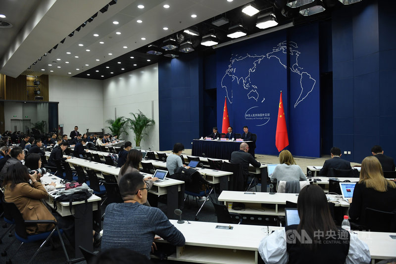 中國外交部18日凌晨宣布3家美媒記者簽證到期必須離境,這是中方對外媒採取的最大規模及最嚴厲的行動。未來,中國以簽證為武器,對外媒的驅逐行為還可能擴大。圖為中國外交部舉行中外記者會場景。(中新社提供)中央社 109年3月18日