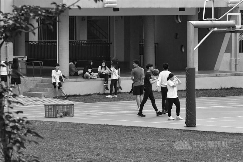 北部一所高中發生首起武漢肺炎校園群聚,將自20日至27日全面停課。圖為19日該校學生活動情形。(照片經變色處理)中央社記者林俊耀攝 109年3月19日